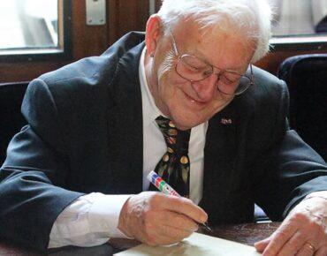Bruno Ernst signeert zijn eigen boekjes